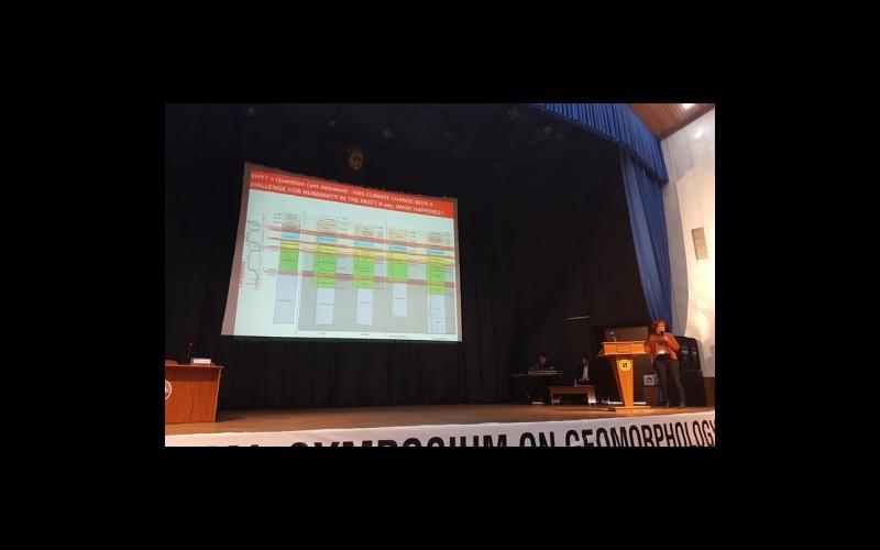 Prof. Dr. Catherine Kuzucuoğlu davetli sunumunu yaparken