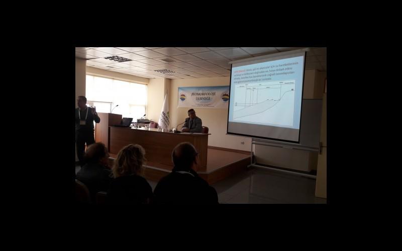 Prof. Dr. Hüseyin Turoğlu sunumunu yaparken