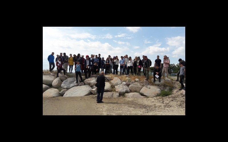 Katılımcılara kıyı şeridinde inceleme yaparken
