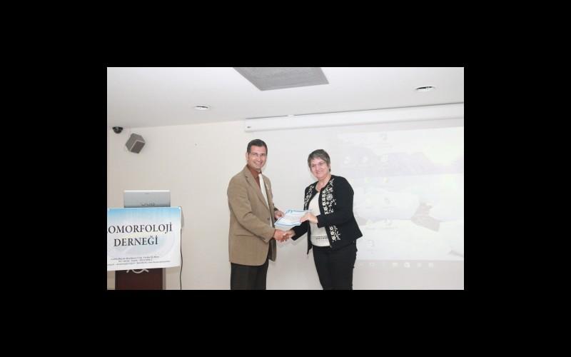 Katılımcılara sertifikaları sunumlar sonrasında takdim edildi. Prof. Dr. Hakan YİĞİTBAŞIOĞLU, Prof. Dr. Meral AVCI' ya sertifikasını verirken