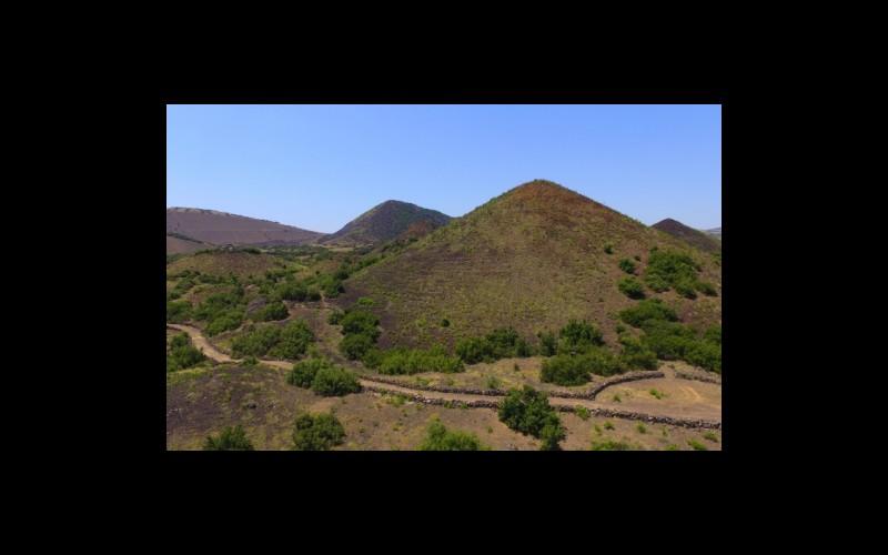 Kula Divlit Volkanik Park'ta parazit volkan konileri, sıçrama konileri ve yürüyüş yollarından bir görünüm