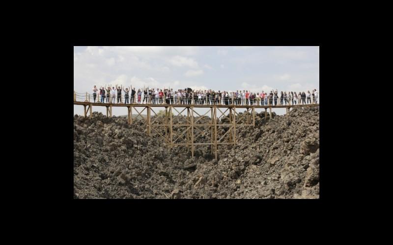 Kula Divlit Volkanik Parkta genç lav akıntıları üzerinde ahşap köprüler