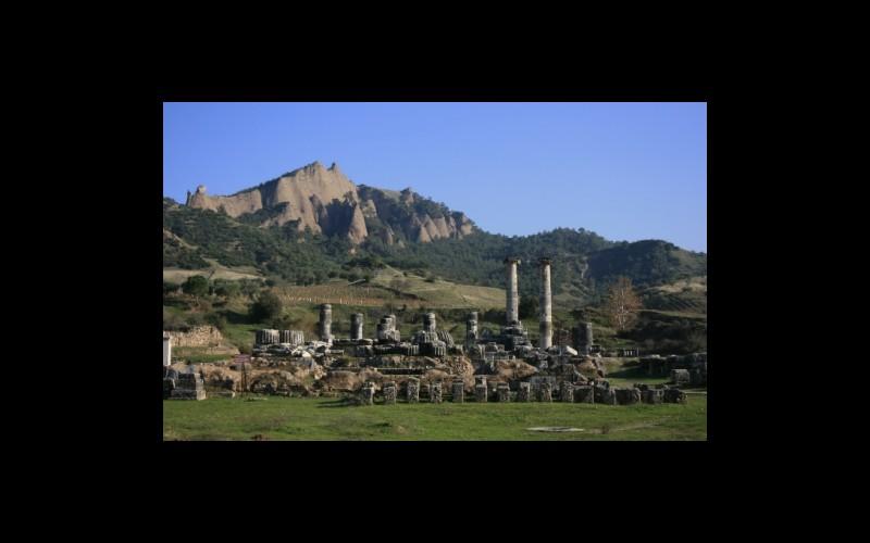 Gediz grabeni kenarında tmolos depoları, ön planda Artemis tapınağı