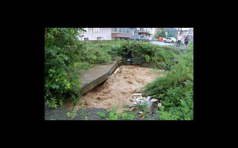 Aşağı ve Yukarı Hacılar Derelerinde su akışını engelleyen menfezler taşkının önemli sebeplerinden biridir.