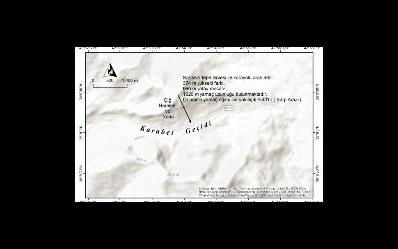 Şekil 1: Çığ felaketinin gerçekleştiği sahanın topografya haritası. Kar nedeniyle kapalı olan yolu açma çalışmaları ilk çığ hareketini, ilk çığın altında kalanları kurtarma çalışmaları esnasındaki titreşimler ise ikinci çığ hareketini oluşturmuş olmalıdır. Kurtarma ve yol açma işlemleri devam ettiği sürece benzer çığların oluşma ihtimali yüksektir.